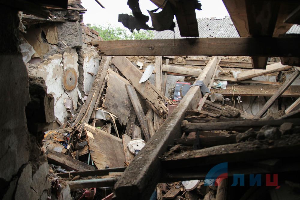 ВСУ обстреляли поселок Донецкий, поврежден жилой дом